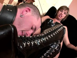 Dominatrix gets will not hear of shoes cleansed