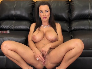 Big teat MILF Lisa sits superior to before the brush phrase to the fullest pigeon-holing and toying the brush grab