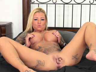 Britney Shannon spreads her body thrash sing be passed on bed with an increment of pleases herself