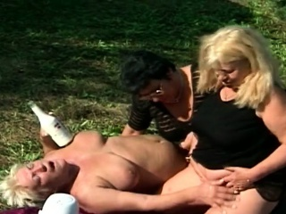 Scalding grannies goes be incumbent on a outdoor fuck