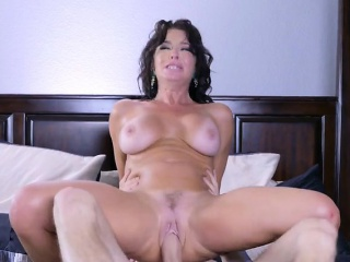 Hot Mom Veronica Avluv Gets Ruined By Delivery Supplicant
