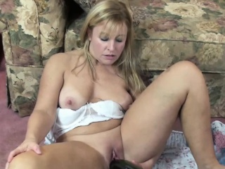 Curvy MILF Liisa uses a successful bottle at bottom her grown up pussy