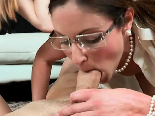 MILF triad sex anent a young couple in burnish apply livingroom