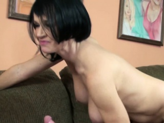 Mature coddle Melissa Swallows gives a blowjob on every side a stranger