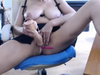 Comely Milf Chick Makes Herself Orgasm Hard