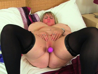 Broad in the beam titted milf Kiki Rainbow from the UK rubs the brush fanny