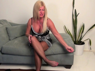 USA milf Sonnic gets busy with fingers and dildo