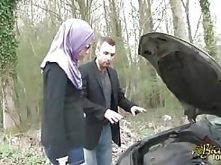Drop-out porn Sarah AbdelKhader suce son mec dans aloofness voiture Beurette Tour