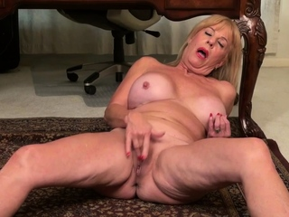 USA gilf Karen Summer gives will not hear of old pussy a titbit