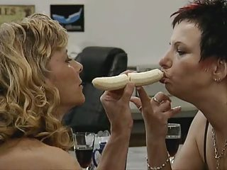 2 Milfs fisten sich gegenseitig
